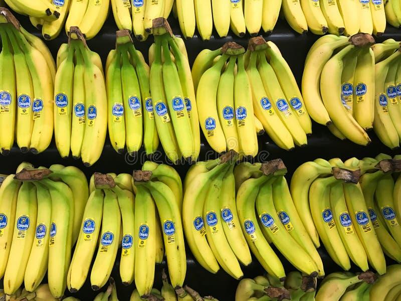Groupes de bananes de Chiquita à vendre dans un département de produit d'une épicerie photographie stock