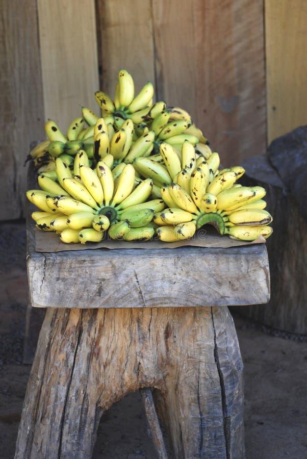 Groupes de bananes fraîches sur une table rustique dans Puerto Vallarta, Mexique photos libres de droits
