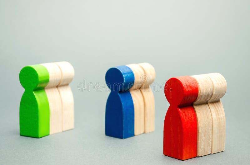 Groupes de personnes en bois multicolores Le concept de la segmentation des marchés Public cible, soin de client Groupe du marché photographie stock libre de droits