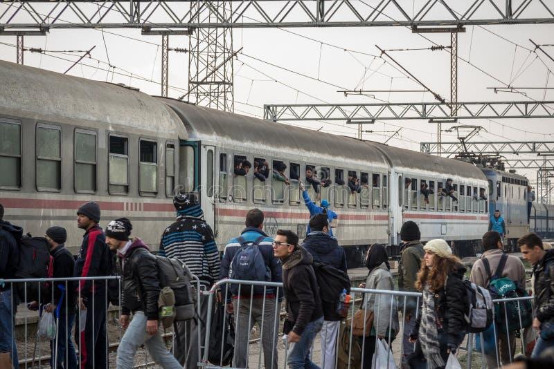 Groupes de réfugiés montant à bord d'un train pour franchir la frontière de la Croatie Serbie, à la station de train de Sid sur l photos stock