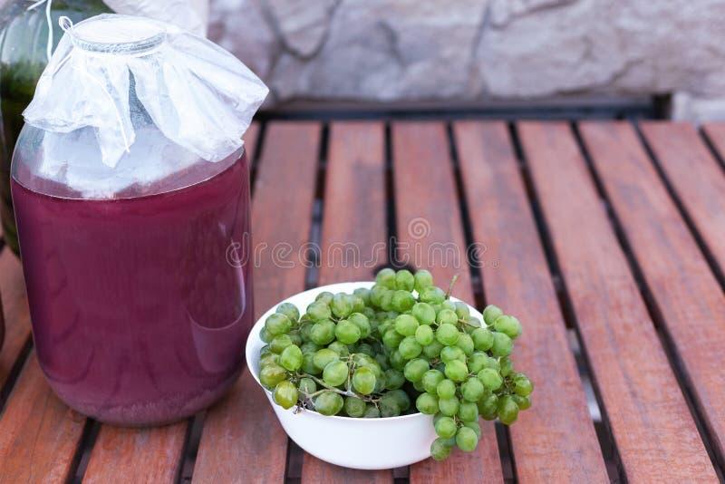 Groupes de raisins mûrs vert jaunâtre d'un jardin organique photos stock