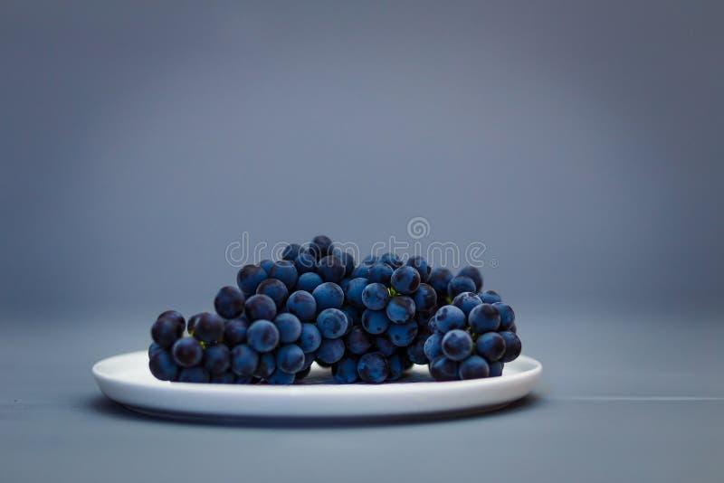 Groupes de raisins noirs mûrs image stock