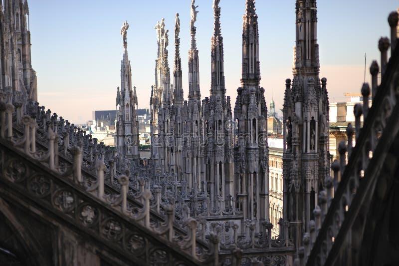 Groupes et tours gothiques sur le premier toit de Milan photos libres de droits