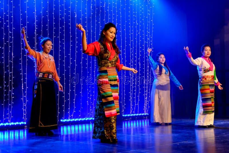 Groupes tibétains du ` s de femmes dans la robe traditionnelle photos stock