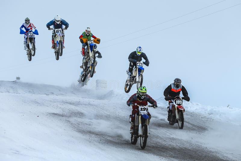 Groupez l'équitation de coureur de moto sur la montagne couverte de neige après début images stock