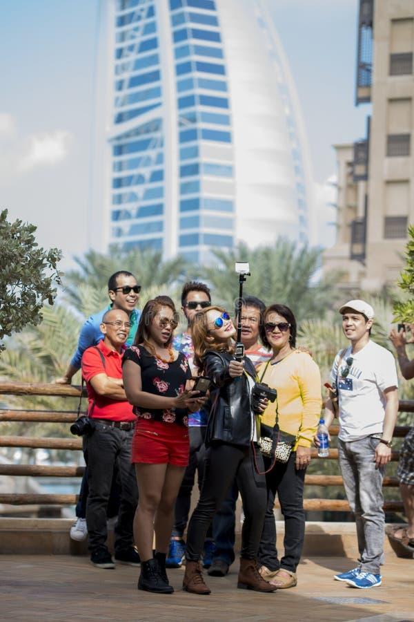 Groupez l'Arabe d'Al de Burj de selfie, Dubaï, EAU photographie stock libre de droits
