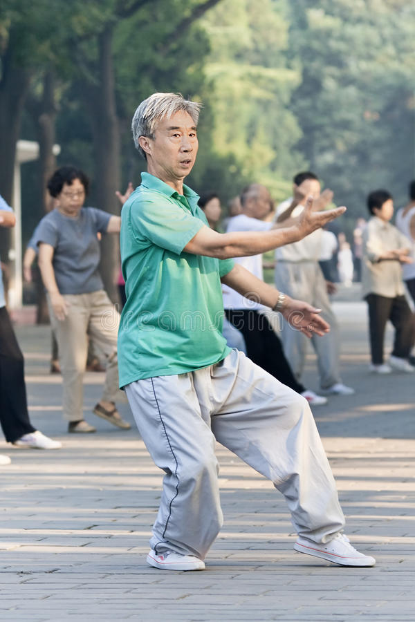 Groupez la pratique Tai Chi en parc de Ritan, Pékin, Chine photos stock