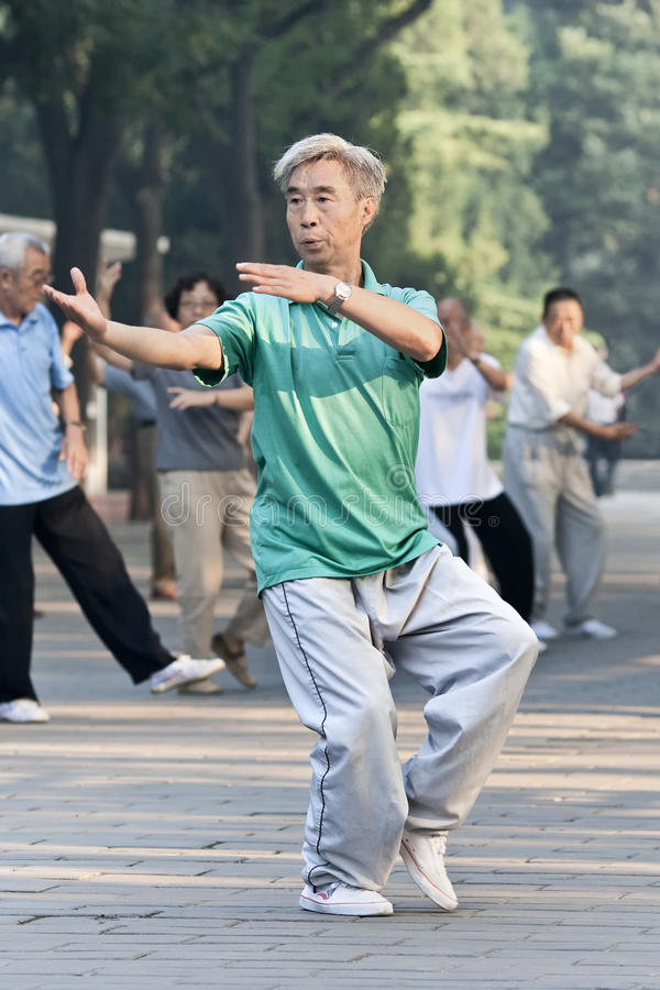 Groupez la pratique Tai Chi en parc de Ritan, Pékin, Chine photo libre de droits