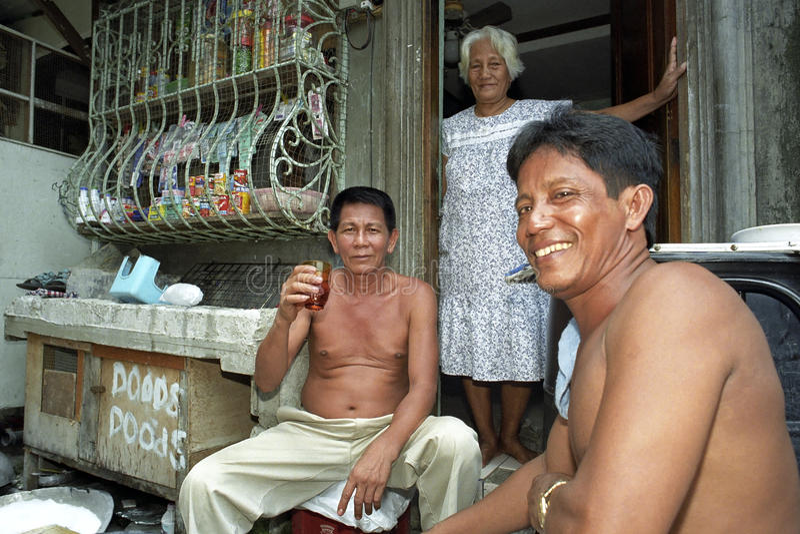 Groupez le portrait de boire les hommes philippins pour l'épicerie photo stock