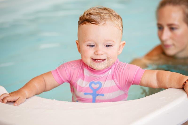 Groupez le portrait de la fille caucasienne blanche de mère et de bébé jouant dans l'eau photographie stock libre de droits