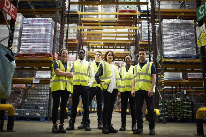 Groupez le portrait du personnel à l'entrepôt de distribution, angle faible photos libres de droits