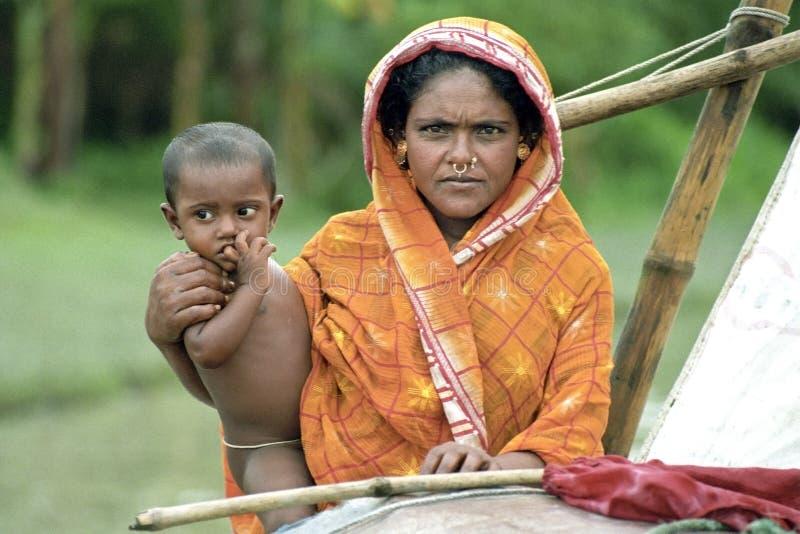 Groupez le portrait, la mère et l'enfant, nomades de bateau photographie stock libre de droits