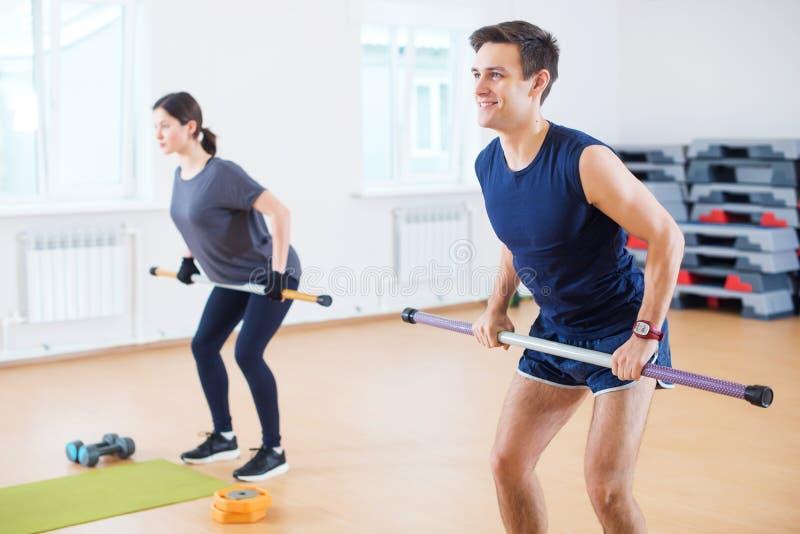 Groupez le réchauffage de personnes, faisant la séance d'entraînement d'exercice de puissance dans le centre de fitness photo libre de droits