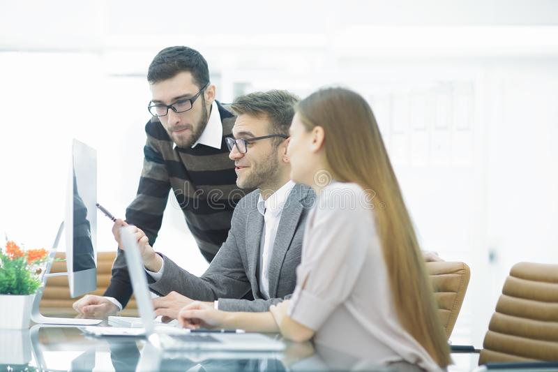 Groupez les associés discutant le nouveau projet lors de la réunion dans la chambre de bureau images stock