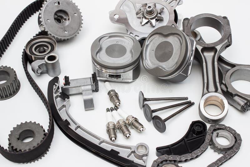 Groupez les pièces de moteur d'automobile d'isolement sur le fond blanc photos stock