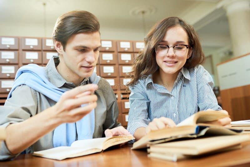Groupmates occupés apprenant des manuels photographie stock