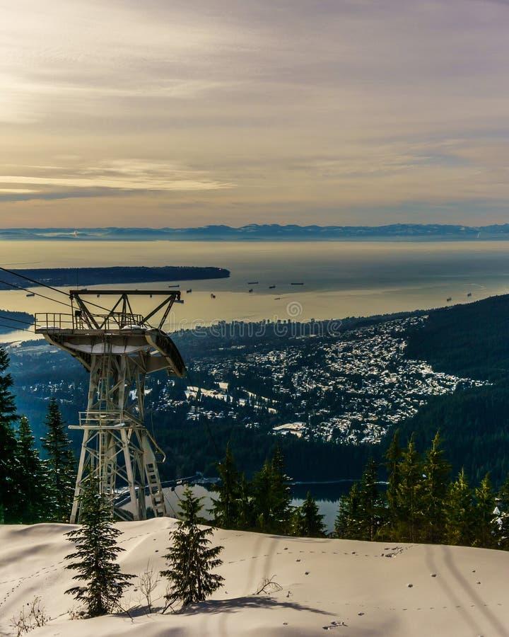 Grouse la vista del nord di Vancouver della montagna alla torre dell'automobile del cabel fotografia stock libera da diritti