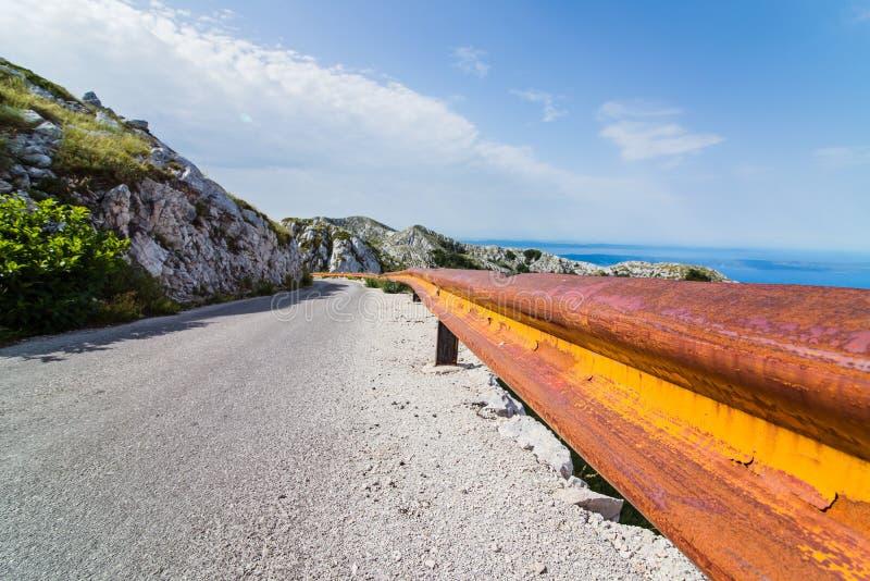 Grov asfaltbeläggningbergväg royaltyfri fotografi
