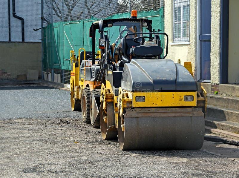 Grov asfaltbeläggningvägrulle arkivbilder