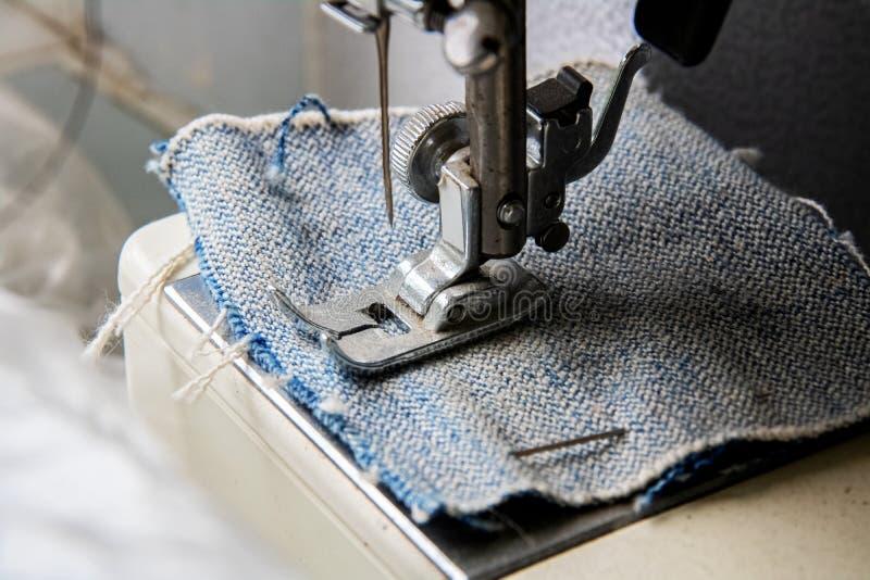 Grov bomullstvill och visare av en symaskin arkivfoto