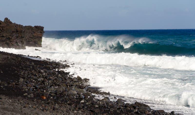 Grov bränning på kanten av svarta sander av den Pohoiki stranden fotografering för bildbyråer
