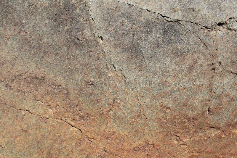 Grov brun väggtextur för granit med sprickan royaltyfria bilder