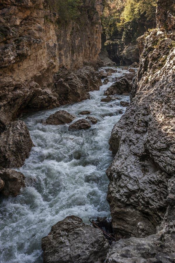 Grov flod i den Khadzhokhsky klyftan royaltyfria bilder