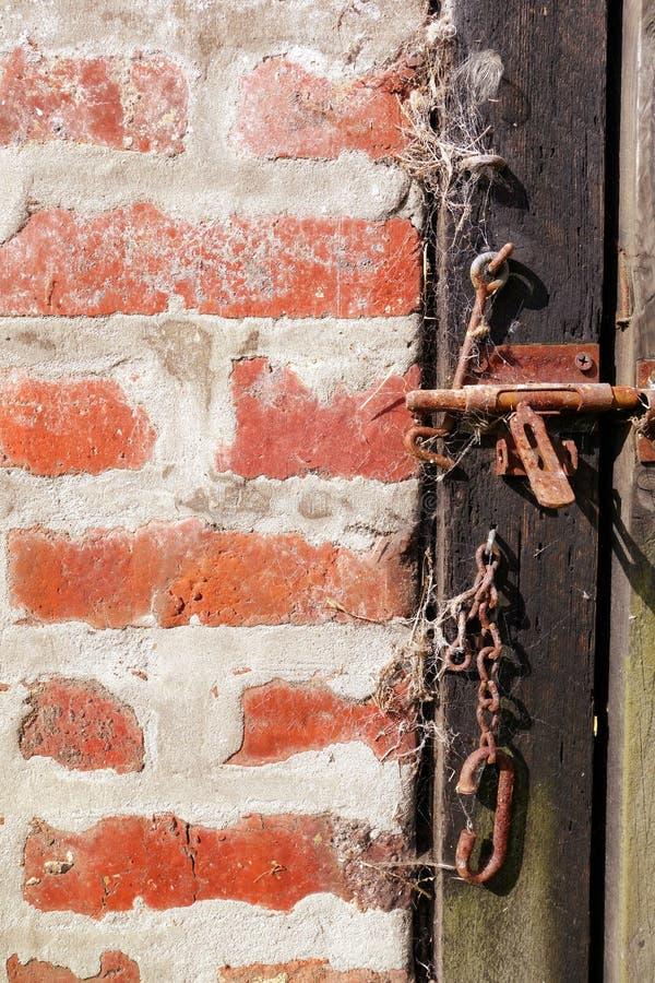 Grov wood dörr- och tegelstenvägg arkivfoto