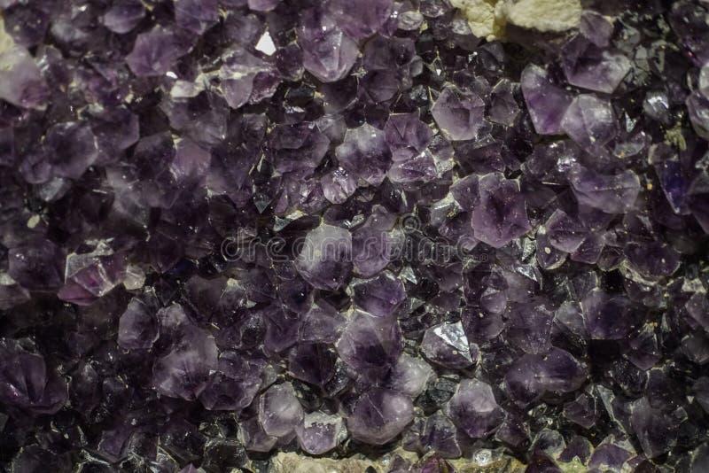 Grova kristaller f?r ametistklunga royaltyfri foto