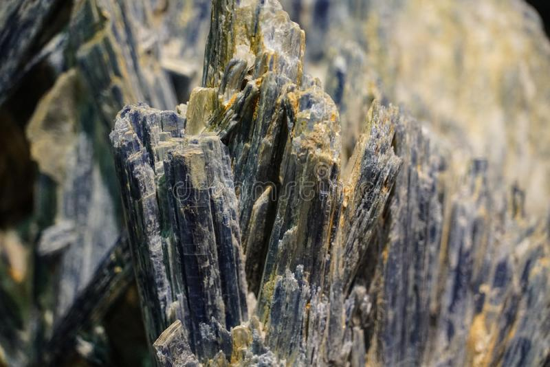Grova kristaller f?r r? klunga som ?r n?ra upp bakgrund arkivbilder