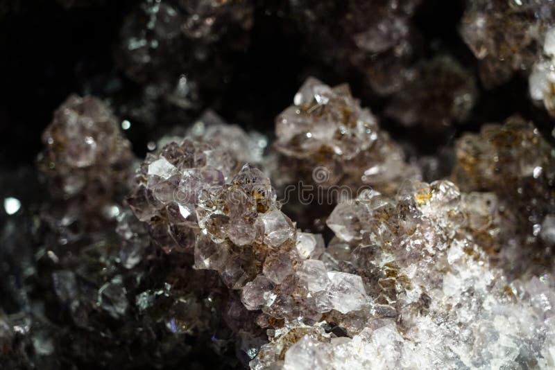 Grova kristaller f?r r? klunga som ?r n?ra upp bakgrund arkivbild