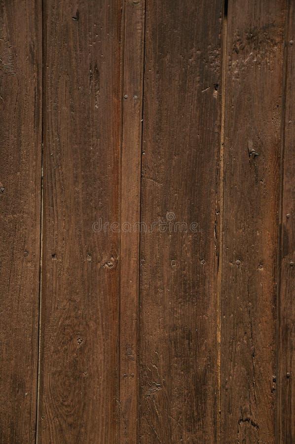 Grova träplankor i en gammal dörr arkivfoton