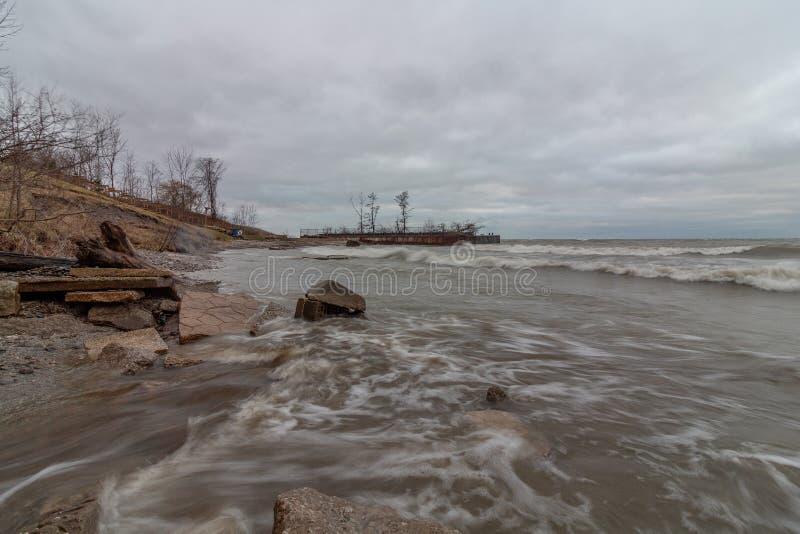 Grova vågor, Lake Erie Ohio fotografering för bildbyråer