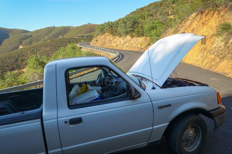 Groveland,加利福尼亚-美国- 2014年7月20日:2001年Ford Ranger被划分在教士等级路一边 库存照片