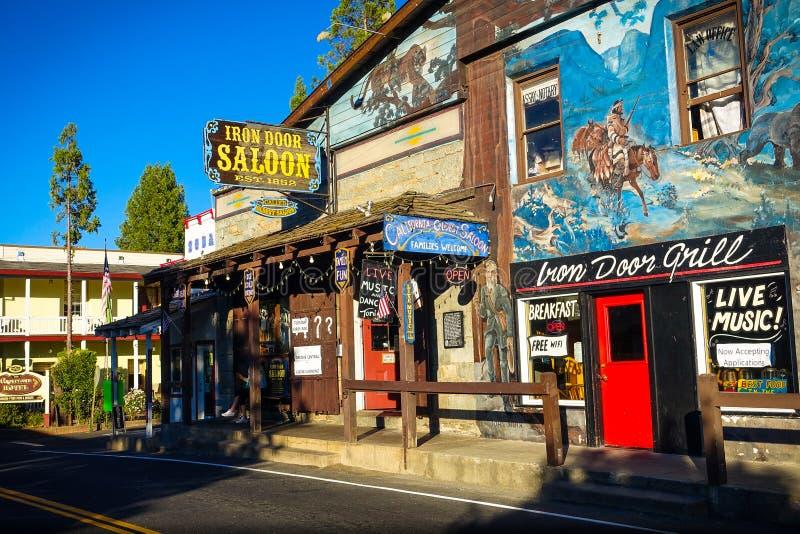 Groveland, Californië - Verenigde Staten - Juli 20, 2014: De Zaal van de Ijzerdeur is een historische bar in Groveland van de bin stock fotografie