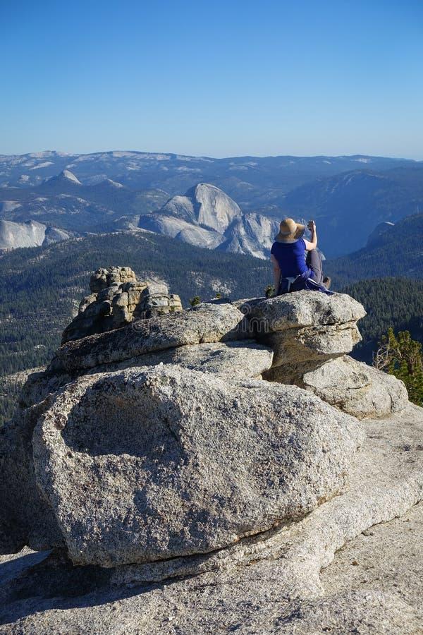 Groveland, Kalifornien - Vereinigte Staaten - 24. Juli 2014: Eine Frau macht ein Foto der halben Haube in Yosemite Nationalpark stockfotos
