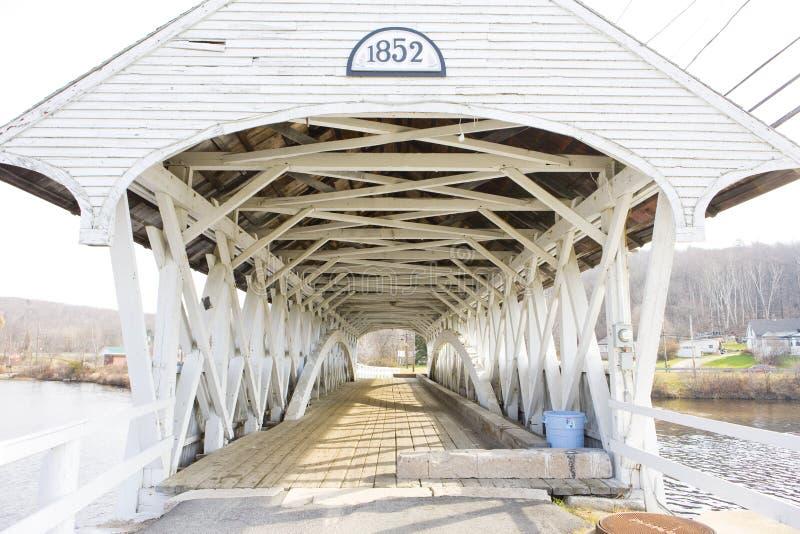 Groveton täckte bron 1852, New Hampshire, USA royaltyfria foton