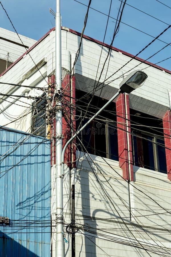 Groviglio dei cavi elettrici Manado, Indonesia immagine stock