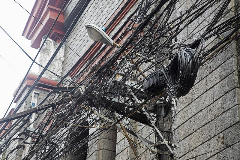 Groviglio delle funi e dei cavi a Manila, Filippine fotografia stock libera da diritti