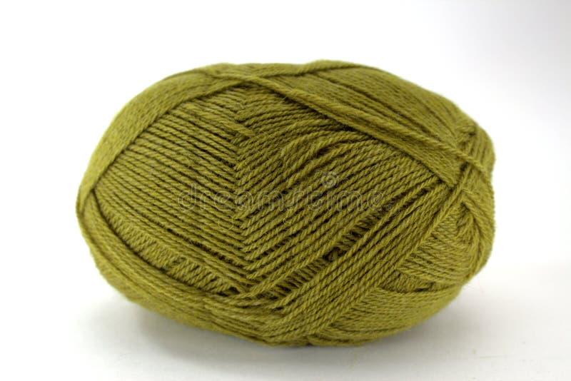 Groviglio verde di lana naturale per cucito su fondo bianco immagini stock