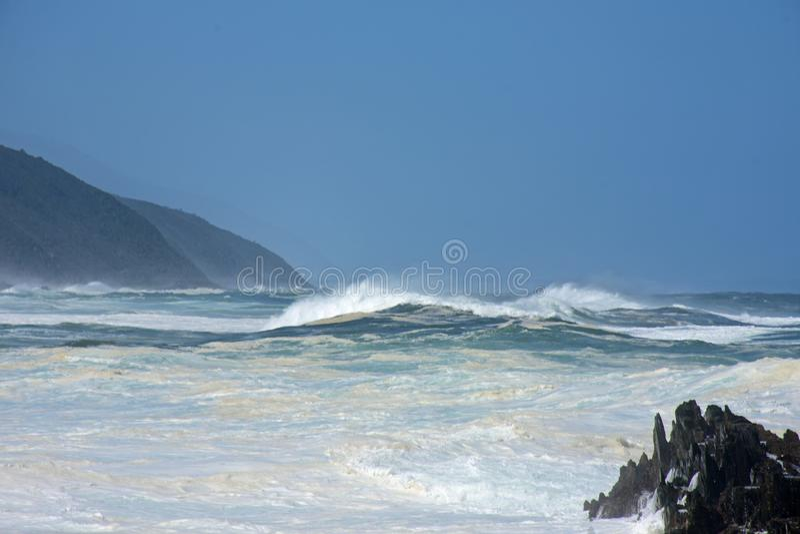 Grovt hav & höga vågor, flod för storm` s, Tsitsikamma, Sydafrika arkivbild