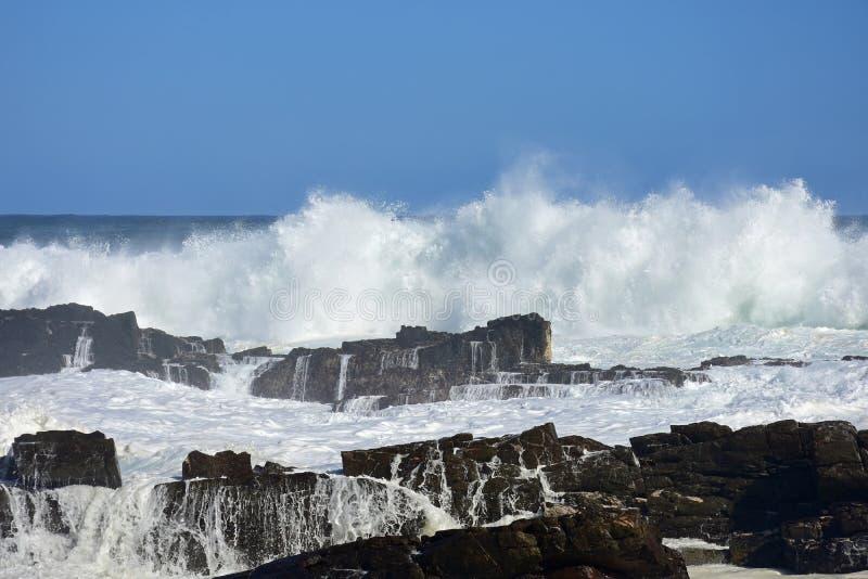 Grovt hav & höga vågor, Tsitsikamma nationalpark, Sydafrika arkivfoto