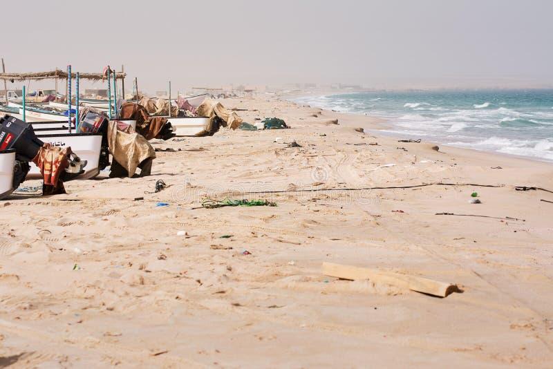 Grovt hav och fiskebåtar på stranden utan någon arkivbilder
