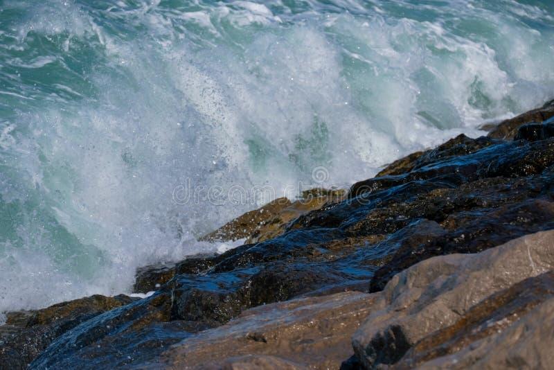 Grovt hav och höga vågor arkivfoto