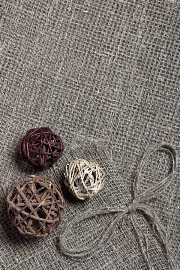 Grovt linnetyg På det är rottingbollar och en pilbåge av linnetrådar royaltyfri bild