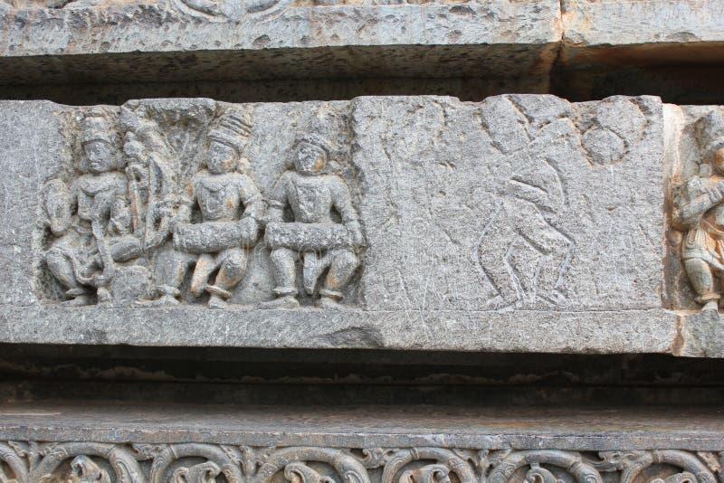 Grovt skissa av väggen som snider på den Hoysaleswara templet royaltyfria bilder