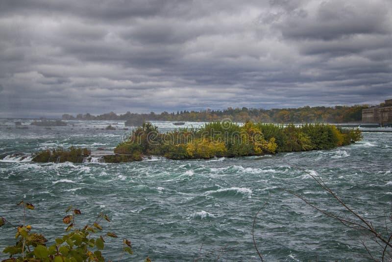 Grovt vatten av den Niagara River rätten för Niagara Falls royaltyfria foton