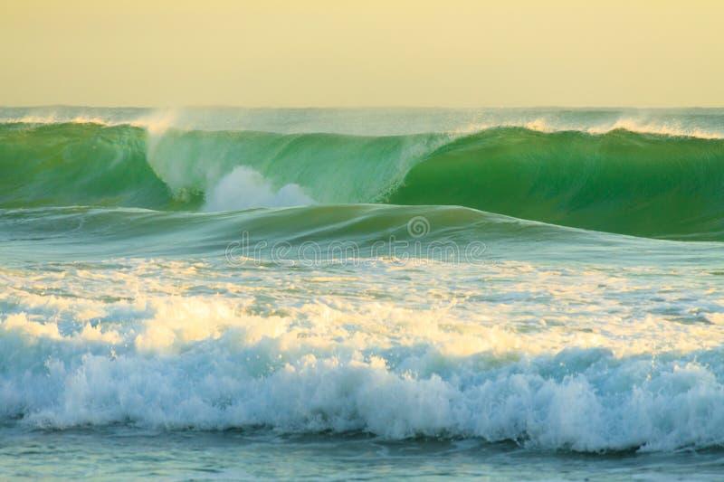 Grovt vatten av Stilla havet arkivbild