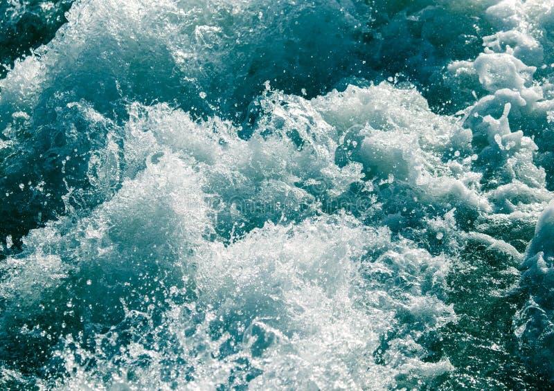 Grovt vatten i sjön som en bakgrund royaltyfria bilder