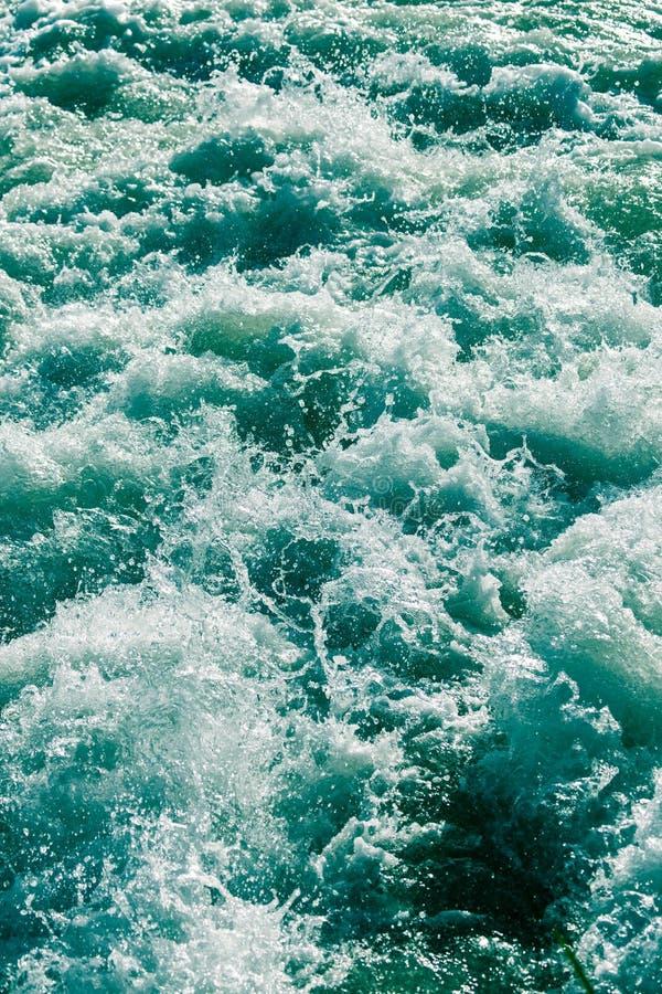 Grovt vatten i sjön som en bakgrund royaltyfri bild